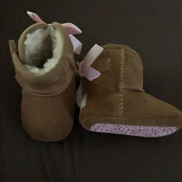 28e19c4e623 Infant girls 1C ugg boots tan w/ pink bows